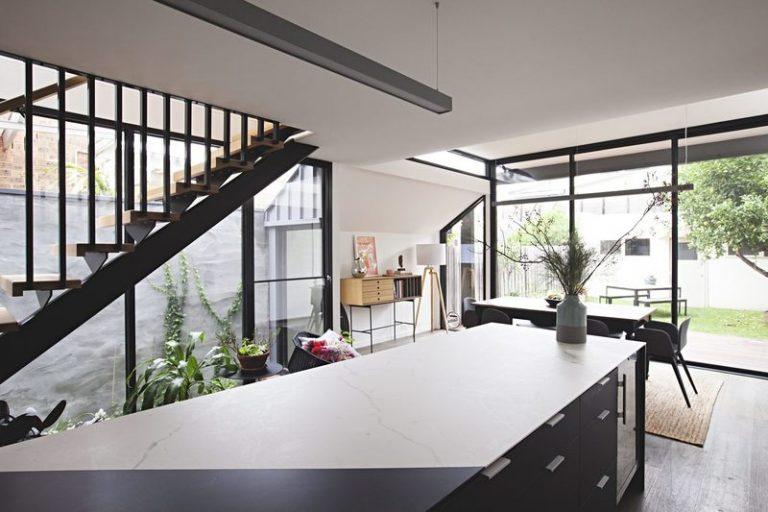 nhà phố với chất liệu kính