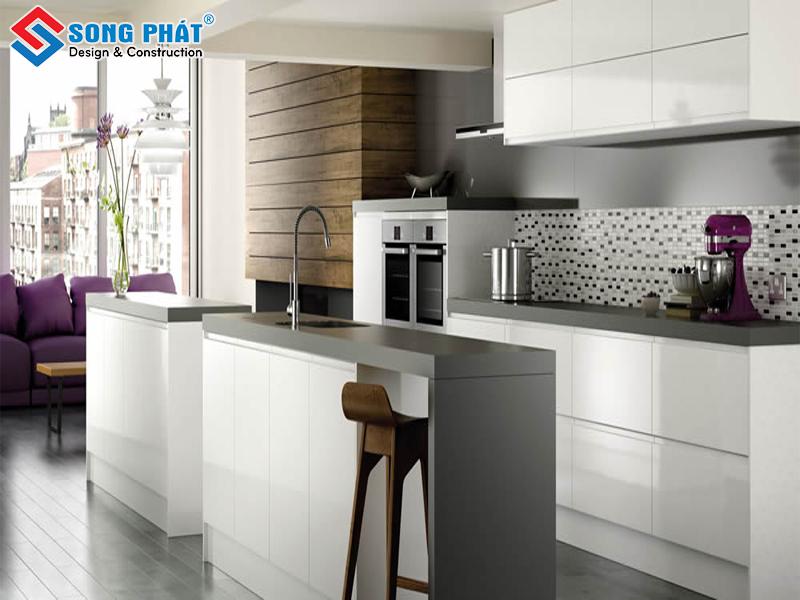 Phòng bếp liền kề phòng khách với gam màu trắng đen
