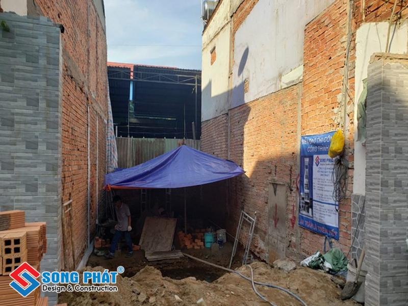 Đào hố xây bể tự hoại