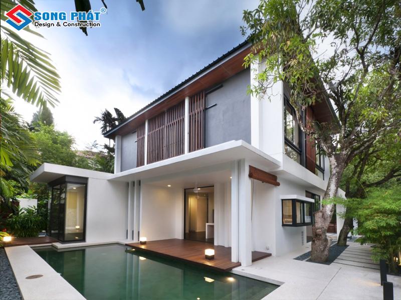 Một bể bơi xinh xắn được thiết kế phía sau ngôi biệt thự mini