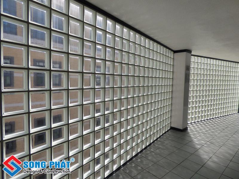 Bức tường làm từ gạch kính lấy sáng kiên cố, bền vững trước nắng mưa