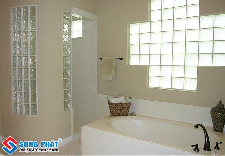 Gạch kính trang trí giúp phòng tắm luôn thông thoáng